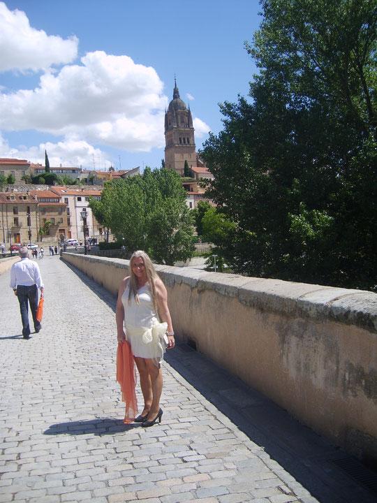Cruzando el ............puente romano. F. Pedro.