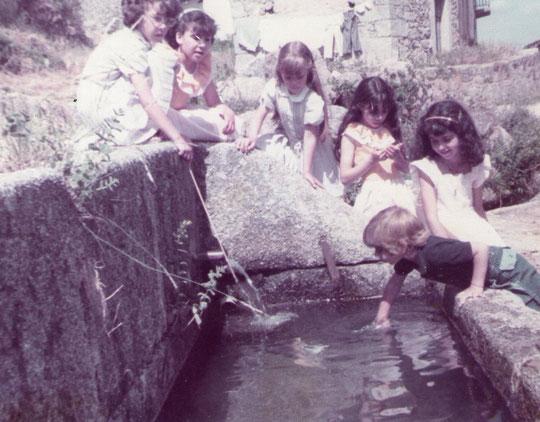 Niños jugando en el pilar del caño Manzano. F. Pedro. P. Privada.