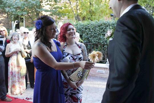 """Tercera pareja: Emilse y Cristina. Ofrecen tres gerberas. Cristina dice: """" estas gerberas simbolizan, la salud y la suerte """""""