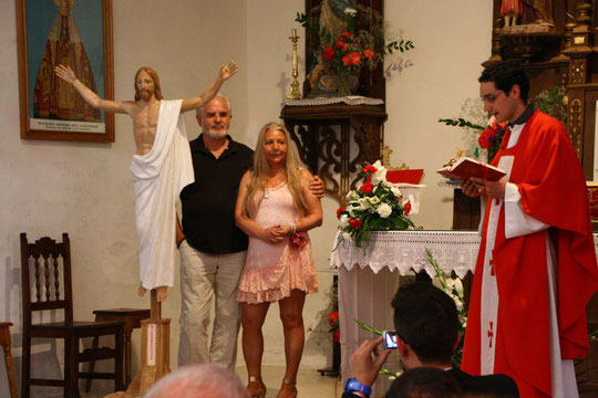 Nuestro sacerdote lo bendice.............