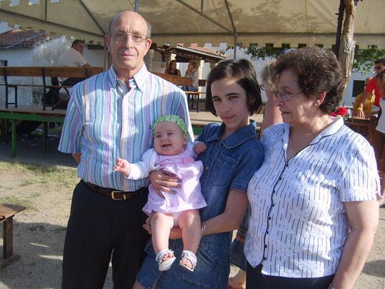 Orgullosos abuelos. F. Merche.