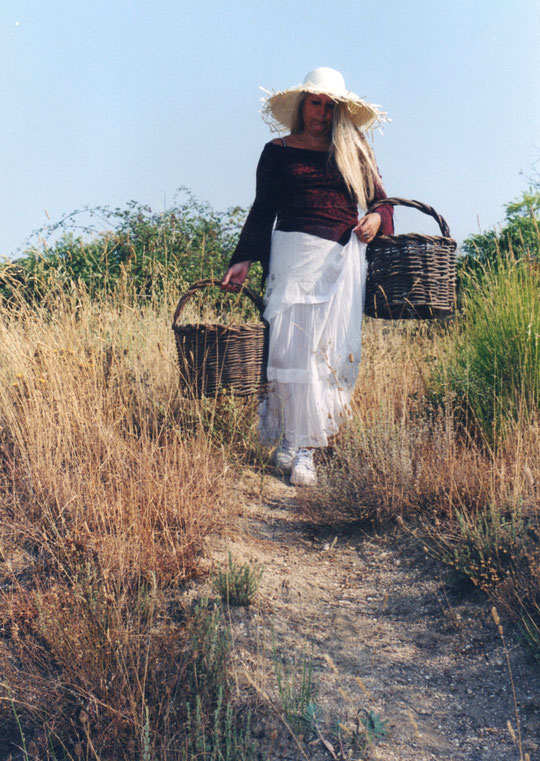 Por el caminito muy cargadita, baja una chica con  dos cestitas. F. Pedro. P. Privada.