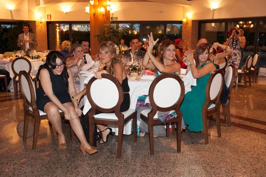 Aplausos de los invitados para los novios. F. P. Privada.