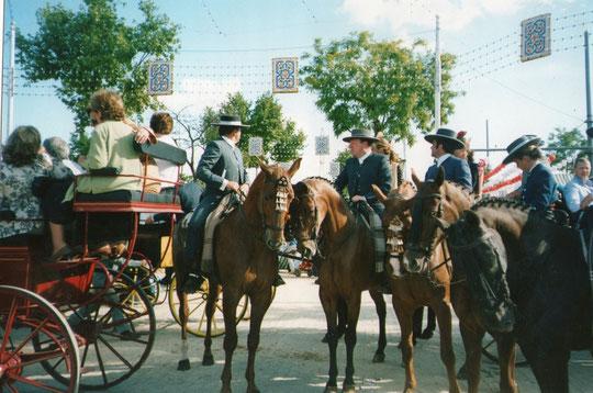 ¡ Frente a la caseta ! El que está en el caballo del medio es uno de los Morancos. F. P. Privada. Pedro.