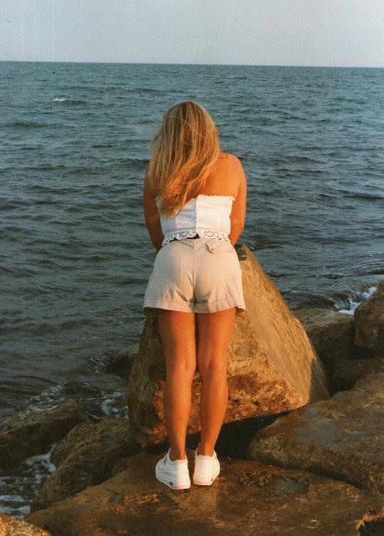 Y......... cada tarde vuelve............a esperar su estrella.........habla con el viento ..............y su pensamiento...............es volver con ella. ( J. Manuel Soto. )