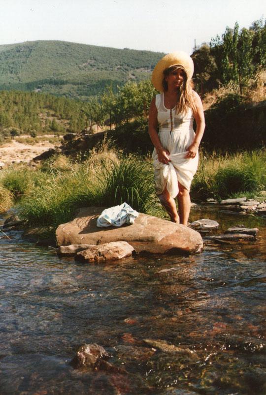 Descalza en el río.