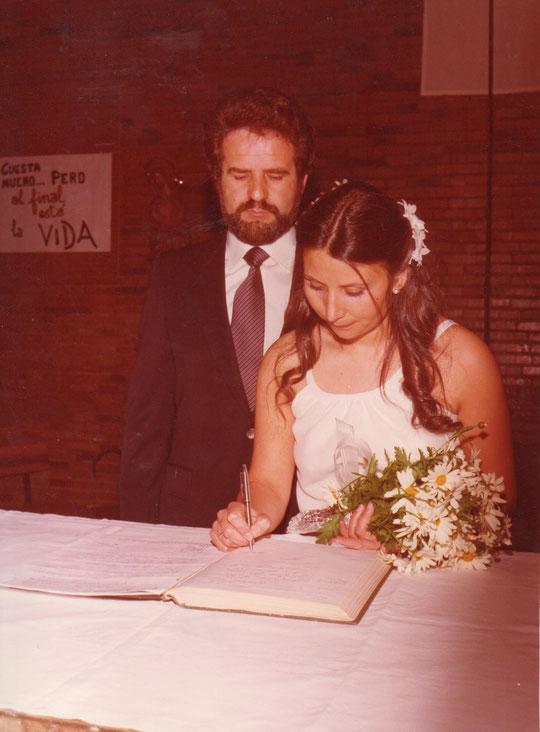 La novia firma.