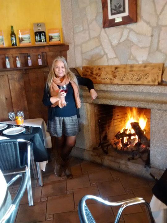 Con un buen fuego y..........un cariño de mujer. F. Pedro. P. Privada.