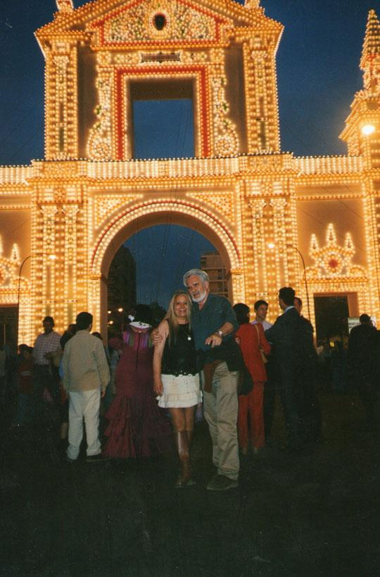 En la fachada de la feria, nocturno. F. Pedro. P. Privada.