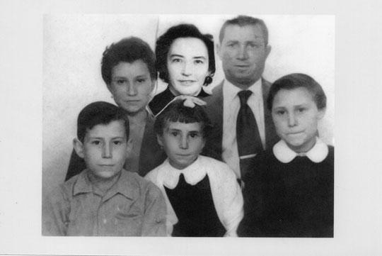 Familia Bravo Velat: Mi padre Román, su mujer Gaby con la que se casó tras enviudar de mi madre María. Mis hermanos Carmen, Cele, Mari y una servidora, Merche.