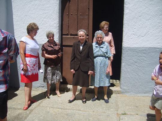 Grupo saliendo de misa.