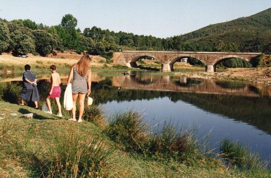 Puente sobre el rio Alagón..........hoy comemos por aquí.