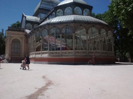 Llegamos al Palacio de Cristal y dentro han instalado............ ¡ una jaima !