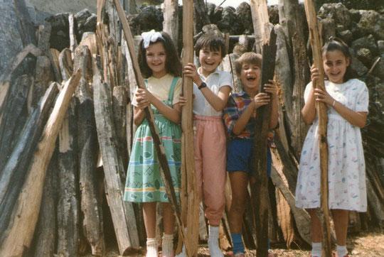 Con niñas de la puebla: Tere, Paulita, Javi y Patricia.