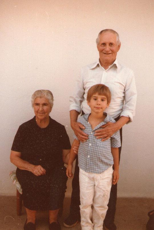 Con sus tios Clotilde y Vicente.