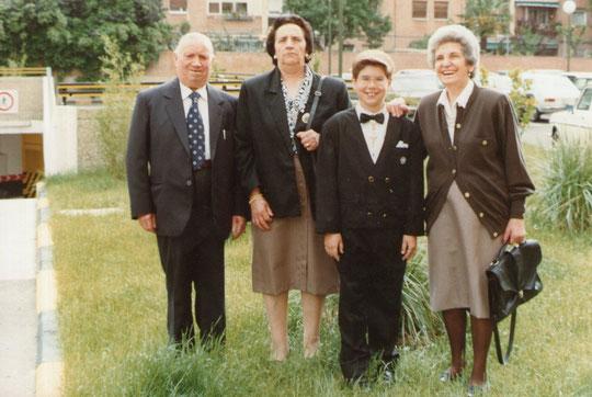Con sus abuelos. F. Pedro. P. Privada.