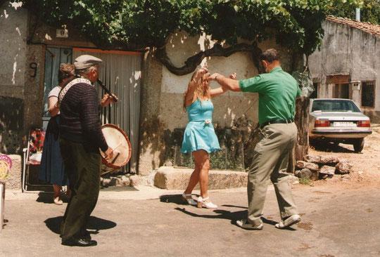 Merche y Pepe bailan la jota. F. Pedro.
