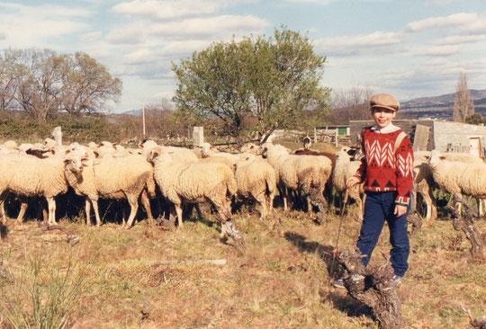 Javi posa con una ganadería del pueblo. F. Pedro. P. Privada.