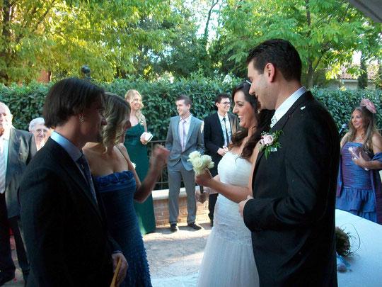 """Primera pareja: Elisa y Javier. Entregan tres rosas. Elisa dice: """" éstas rosas simbolizan el amor """" F. P. Privada."""