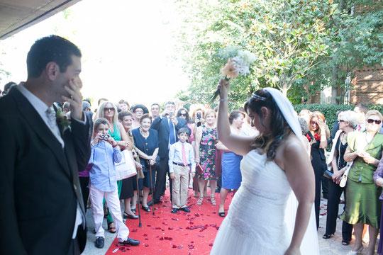 La novia lanza su ramo a las solteras. Cristina dice...............Preparadas, listas, vaaaaaaaaaaaaa..........