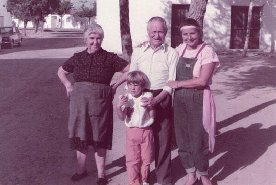 Tio Vicente y Tia Clotilde. ( Nativos de Martinebrón ) Pedro. P. Privada.