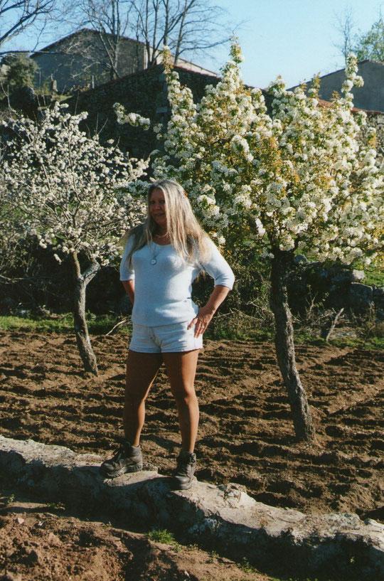 ¡ Estallido  primaveral ! Huerto de la tenada con los árboles en flor. Sr. León. F. Pedro. P. Privada.