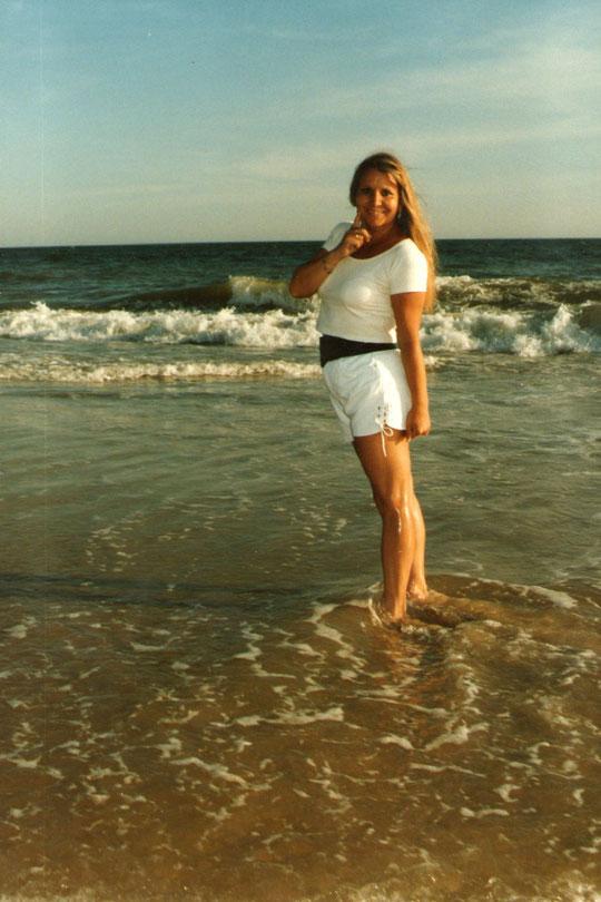 Su pelo es de espuma......descalza en la arena................. mira como el sol se muere en la mar dorada y serena.