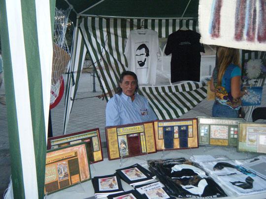 Nuestro promotor, Miguel posa con sus originales obras.