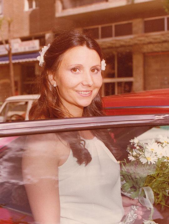 La novia entra en el coche.