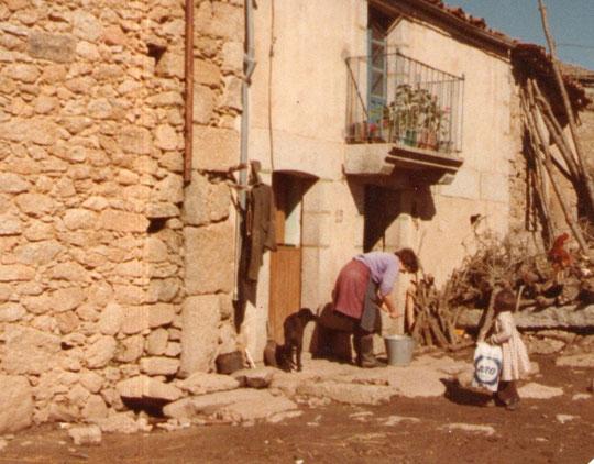 Ésta era mi casa. Paula con  Paulita y leñero con gallo. F. Pedro.