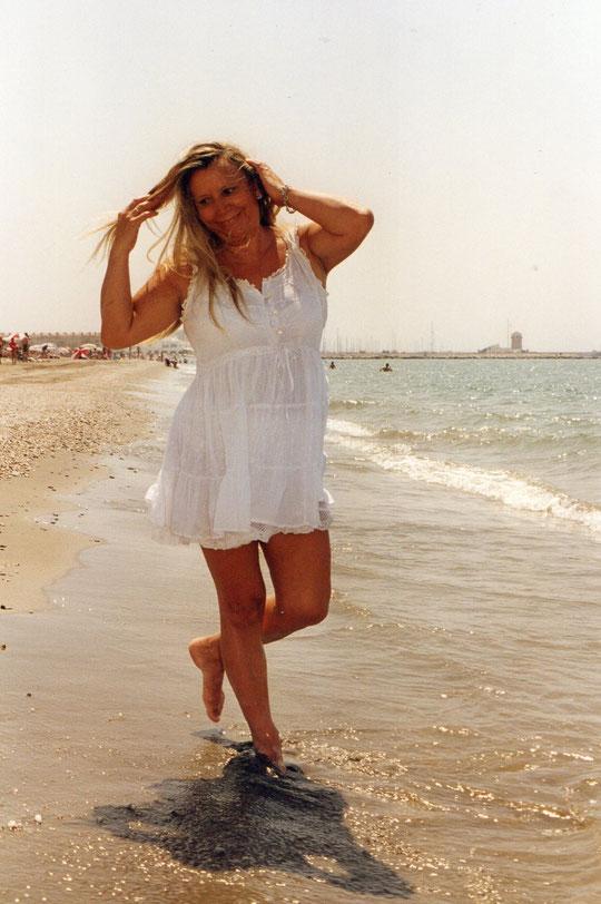 Su pelo es de espuma............descalza en la arena.......mira com el sol.........se muere en la mar................dorada y serena. ( Jose Manuel Soto ) F. Pedro.