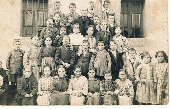 Ésta foto la mas antigua que he visto de la Puebla, la cuelgo en mi página por deferencia del hijo de Fausto que la ha colgado en grupo Puebla; es preciosa, gracias, intentaremos descifrar quienes son todos.