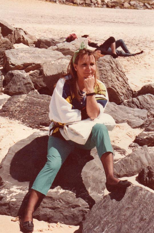 Sentada en las rocas. F. Pedro. P. Privada.