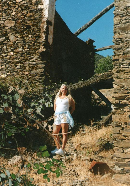 Merche en Cabaloria, el tunel; Debajo estaba la casa de mis abuelos paternos, Domingo y María.