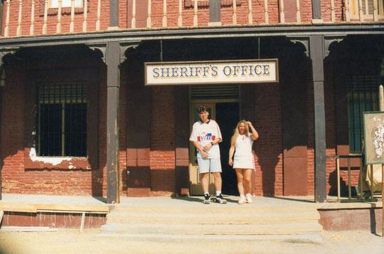 La oficina del sheriffs. F. Pedro. P. Privada.