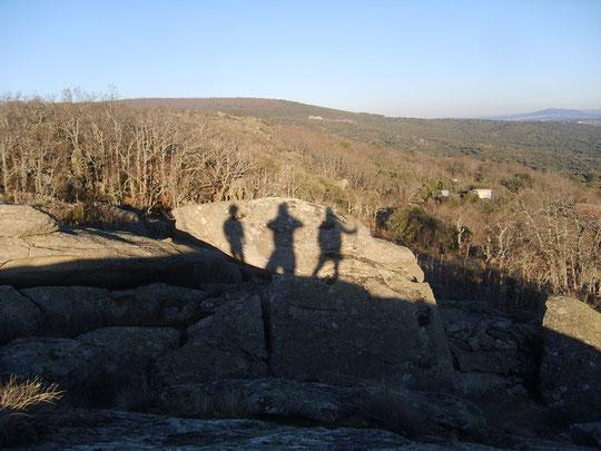 ¡ Sombras en las rocas ! A lo lejos sierra de Tonda y Solano.