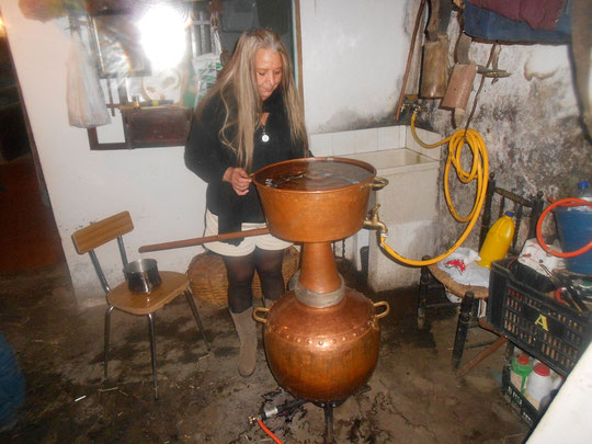 Proceso de elaboración del aguardiente. Éste artefacto es una alquitara o alambique. F. Pedro. P. Privada.