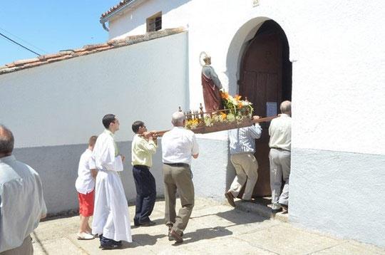 San Pedro regresa a la iglesia.