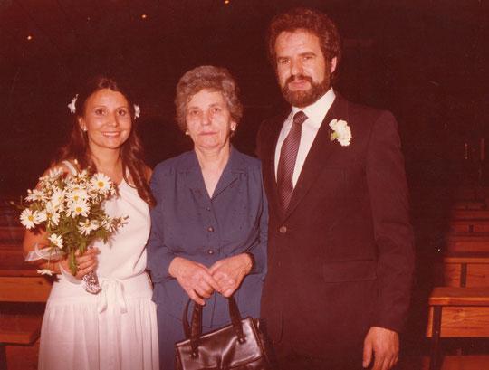 Los novios con Genara, madre de la novia. F. P. Privada.