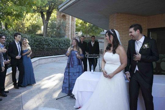 Merche anuncia la ofrenda floral a los novios, ja, ja ja, ja...............Todo porque confundí el apellido de la novia, había otra Cristina en la familia.........