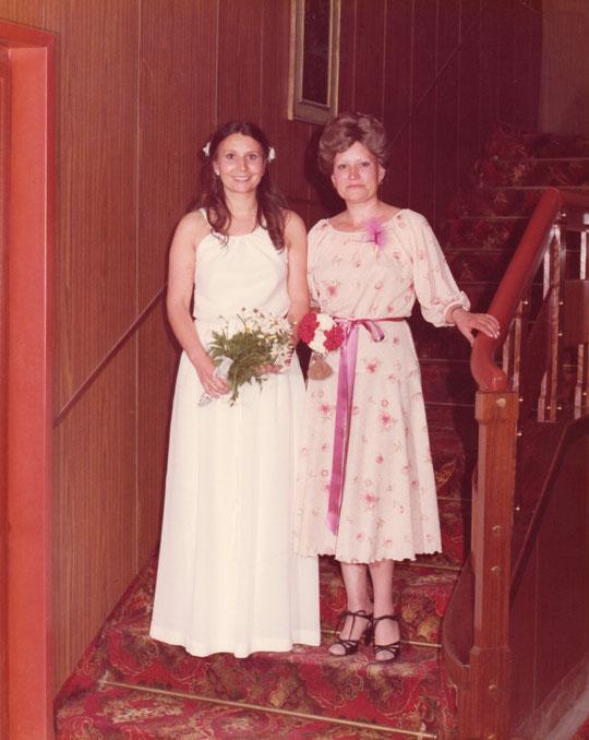 Novia y madrina. Dos hermanas. F. P. Privada.