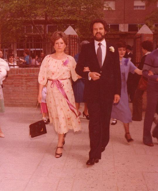 El novio y la madrina llegan a la iglesia.