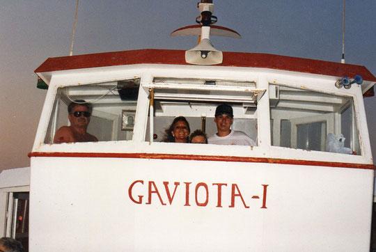 Viajamos desde San Javier a Isla Perdiguera; Dejan a Javi tripular el barco, bajo la atenta mirada del capitán. F. Pedro. P. Privada.