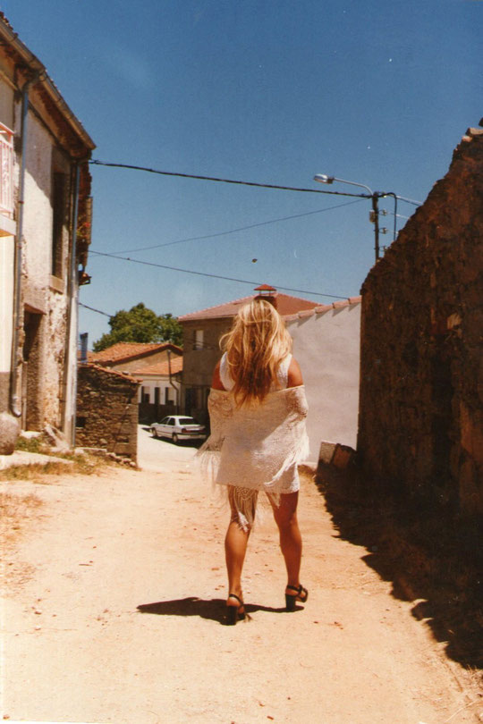 Por la calle del medio. F. Pedro. P. Privada.