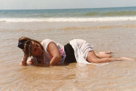 Tirada en la arena.