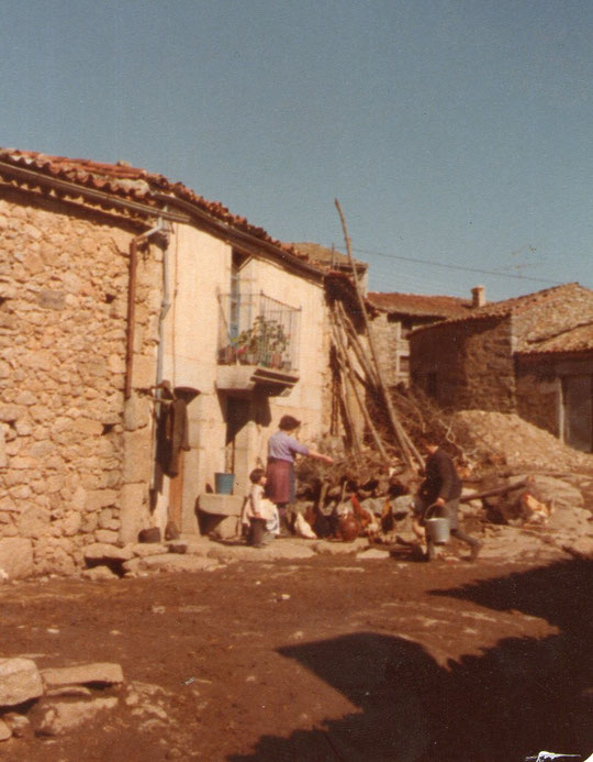 Nuestra casa.  Paula, Paulita y Teodosia. F. Pedro.