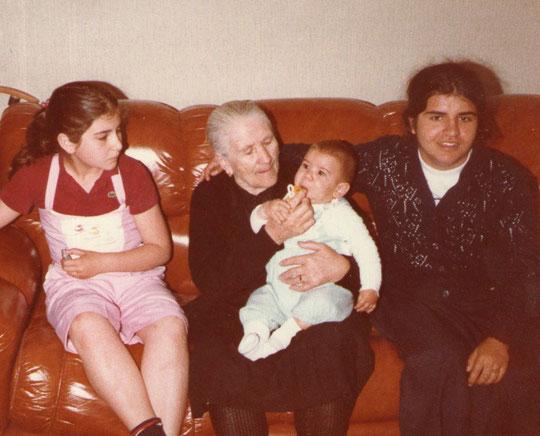 Abuela Genara con sus nietos.