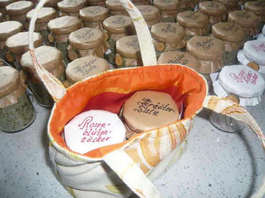 Ein ideales Mitbringsel! Kräutersalz und Rosenblütenzucker im Geschenkstascherl!