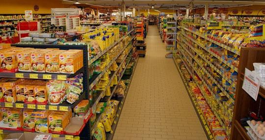 Auf 1100 qm Verkaufsfläche finden Sie hier alles, was das Feinschmecker-Herz begehrt ...