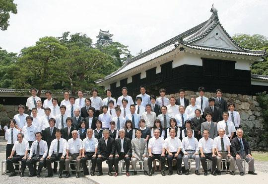 高知城追手門の前で株式会社第一コンサルタンツの社員と記念撮影